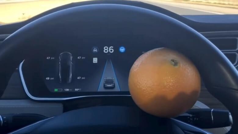 Автопілот Tesla обдурили за допомогою апельсина (не варто цього повторювати)