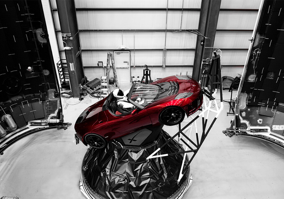 Ілон Маск показав космонавта, який полетить на Марс в Tesla Roadster