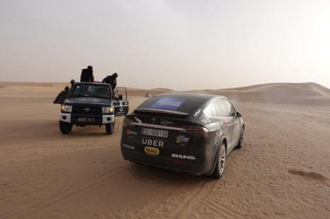 Кросовер Tesla Model X перевірили на бездоріжжі та в пустелі