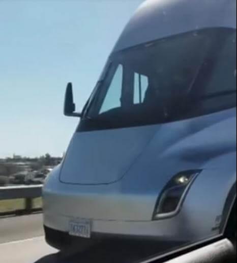 Відео: Tesla Semi з легкістю обганяє легковик