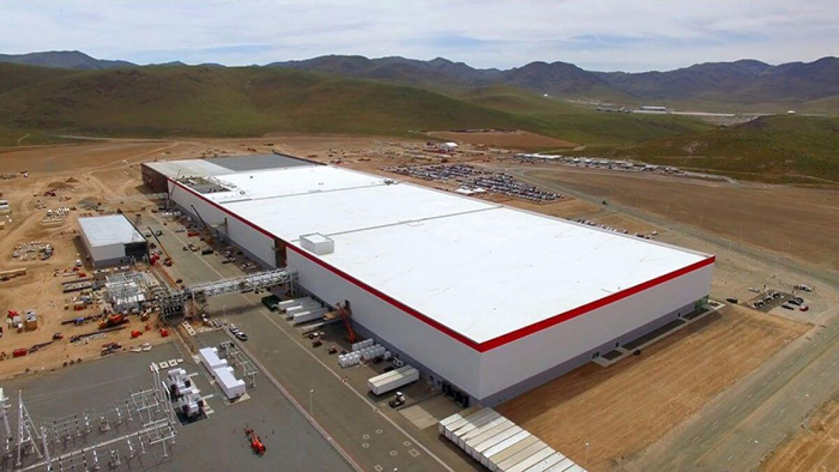 Tesla будує найбільшу у світі сонячну станцію на даху - її отримає Гігафабрика