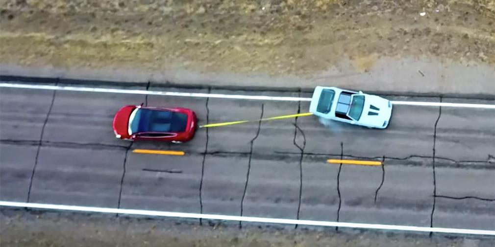 Дуель: Tesla Model X тягне канат з Chevrolet Camaro (відео)