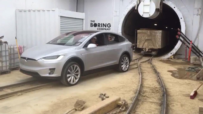Tesla Model X використали як локомотив