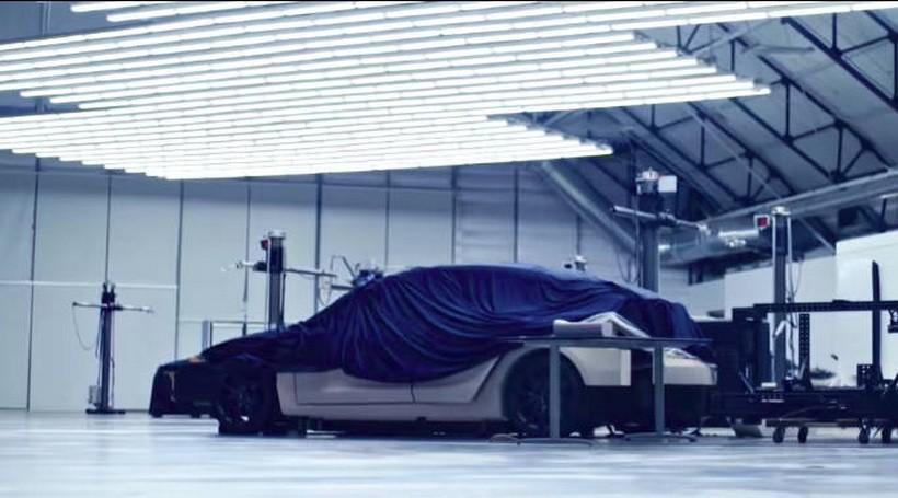 Нове відео Tesla: загадковий автомобіль під покривалом