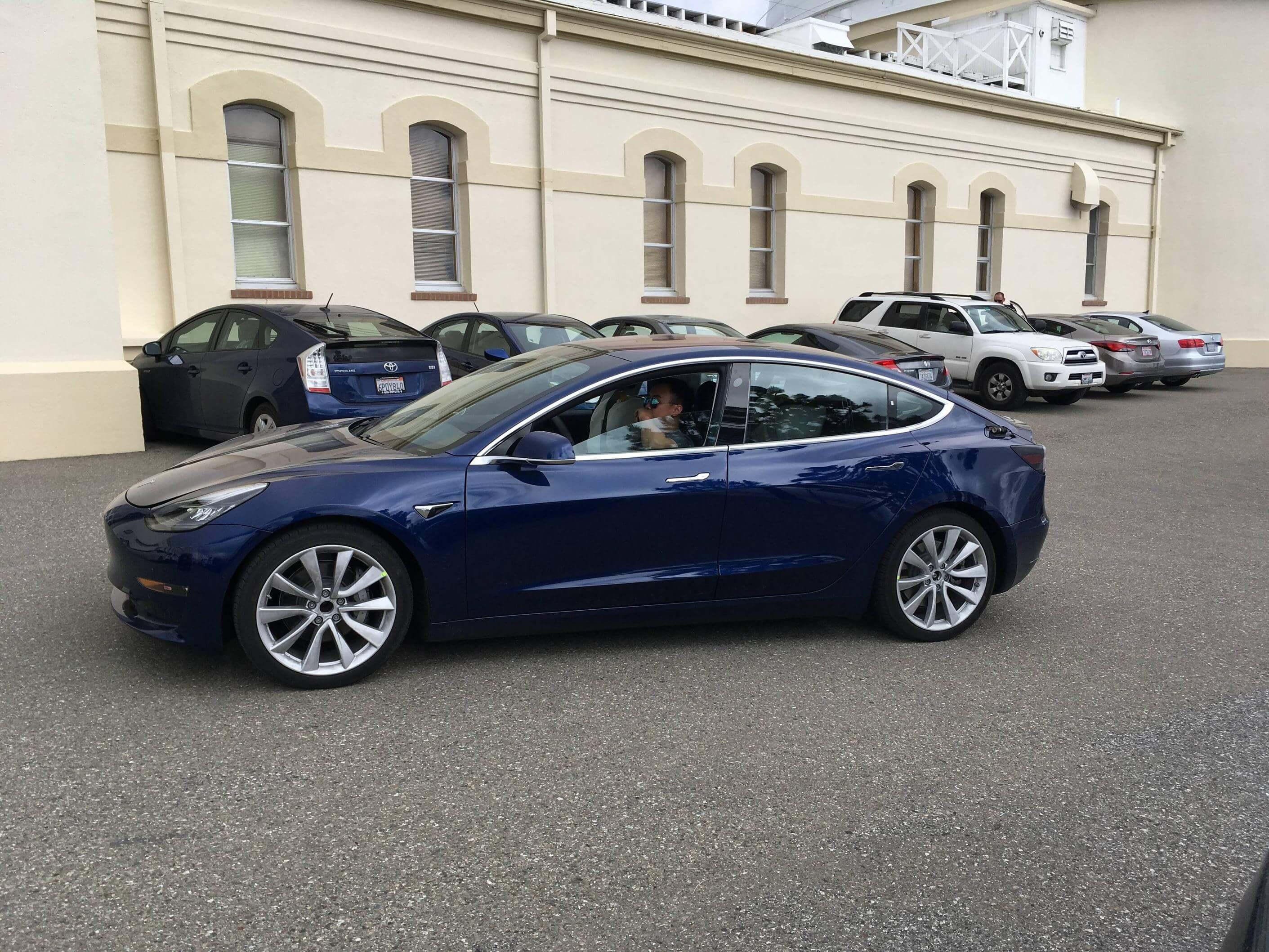 Салон Tesla Model 3: повний мінімалізм