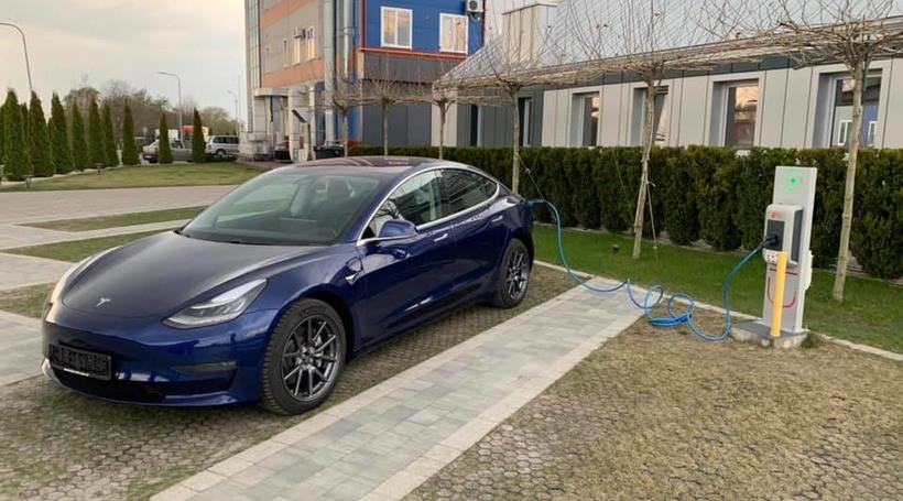 Перша офіційна європейська Tesla Model 3 в Україні попрямувала до Тернополя