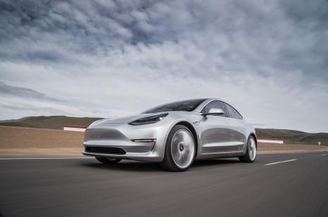 Tesla Model 3: кількість предзамовлень неухильно зростає