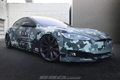 Tesla Model S одягнули в цифровий камуфляж
